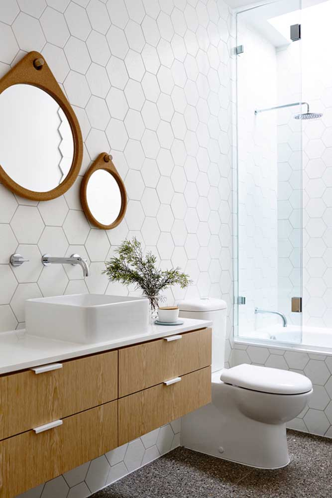 Para este banheiro a escolha foram dois espelhos redondos; eles garantem a possibilidade de brincar com duas ou mais peças