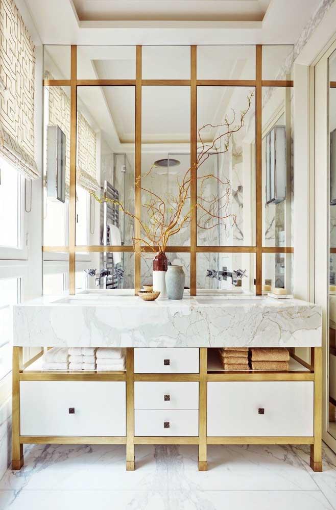 Espelho para o banheiro com sobreposição em madeira para decorar o ambiente
