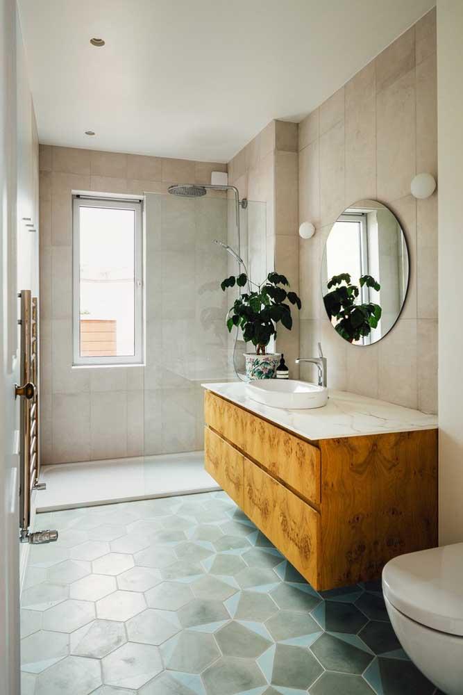 O espelho redondo com borda infinita é uma das opções mais escolhidas para quem deseja uma decor neutra e clean
