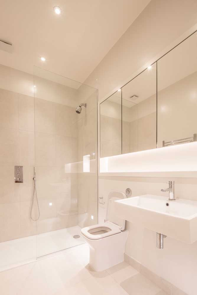 Banheiro clean com espelheira grande dividida em três partes