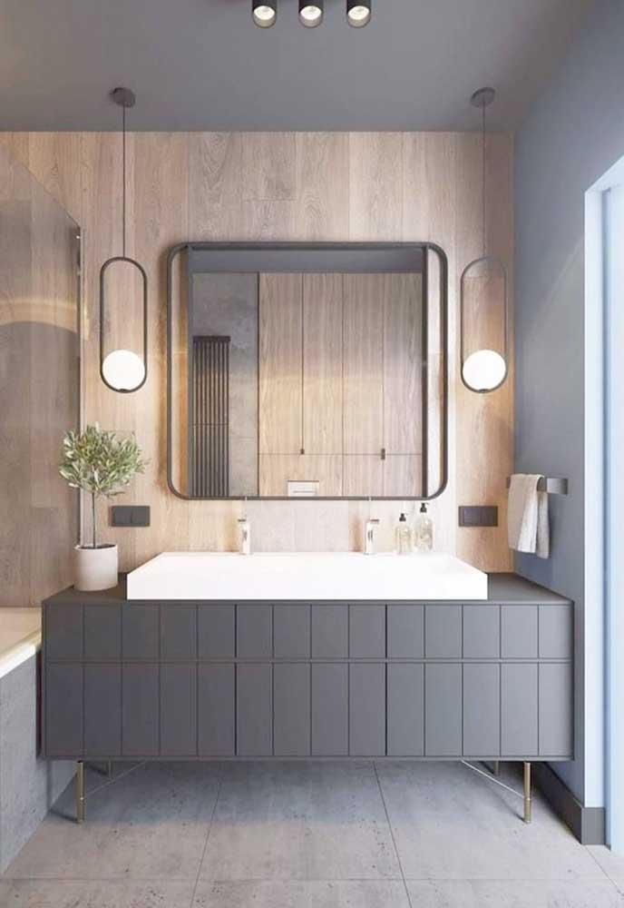 A moldura em ferro para o banheiro em estilo industrial trouxe partes combinando com a iluminação em torno da peça