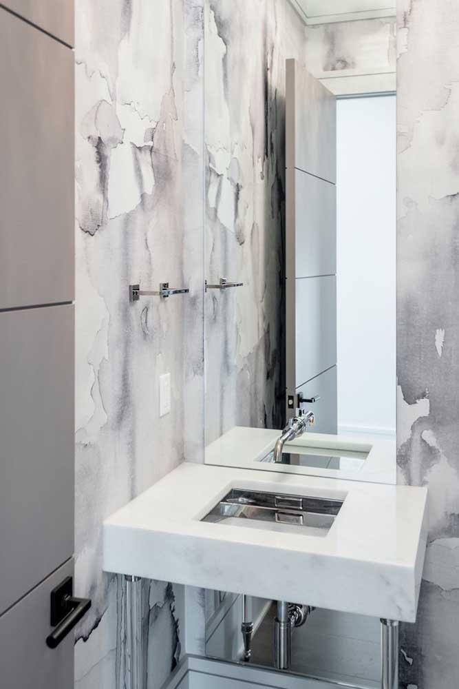 Espelho com borda infinita para banheiro pequeno