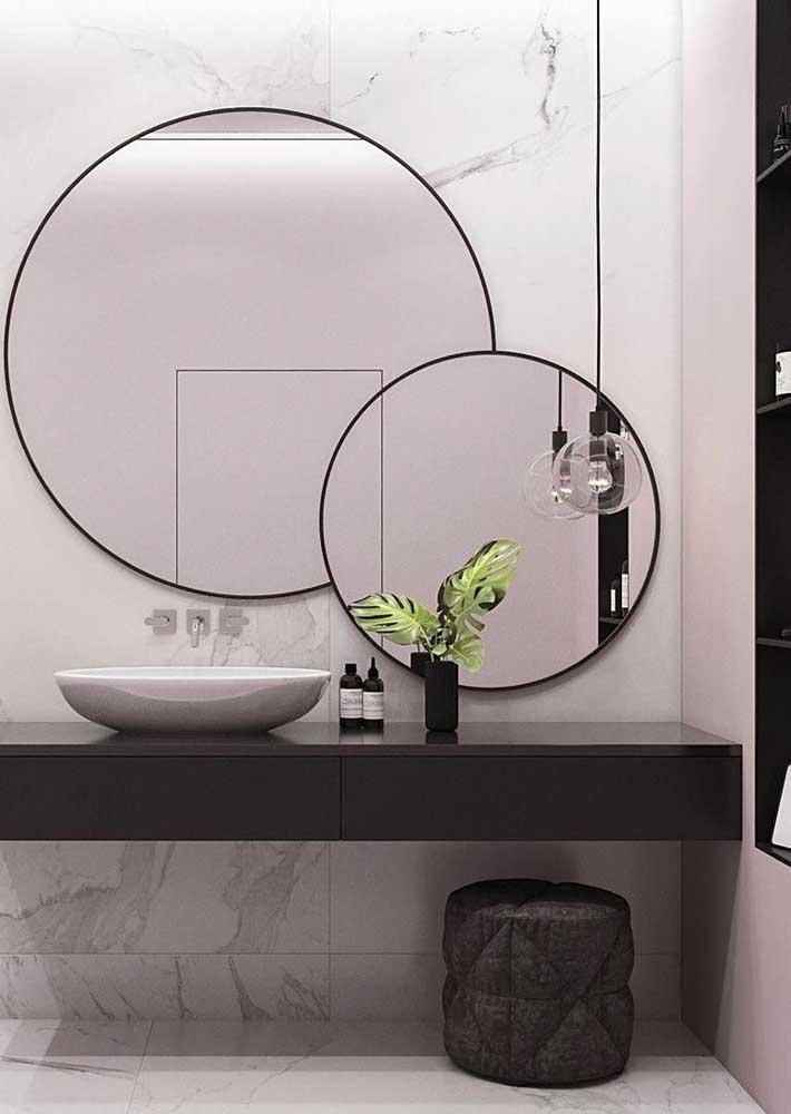 Intersecção de espelhos no banheiro