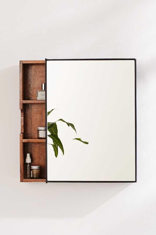 A espelheira com moldura em ferro contrastou muito bem com a prateleira em madeira: visual rústico e moderno