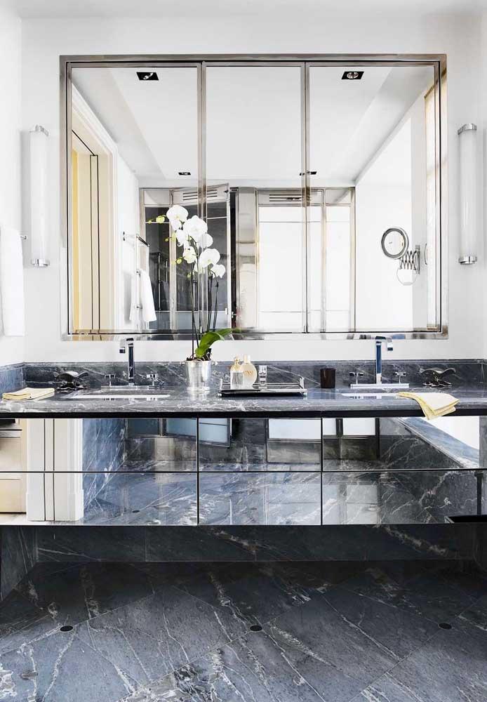 Espelho para banheiro com moldura em alumínio; o móvel espelhado completa a proposta de decoração
