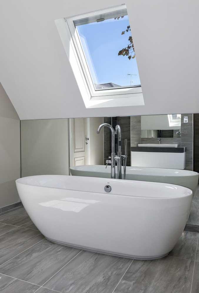 Quando há a possibilidade de pontos de iluminação natural, os espelhos para banheiro ajudam a disseminar luz