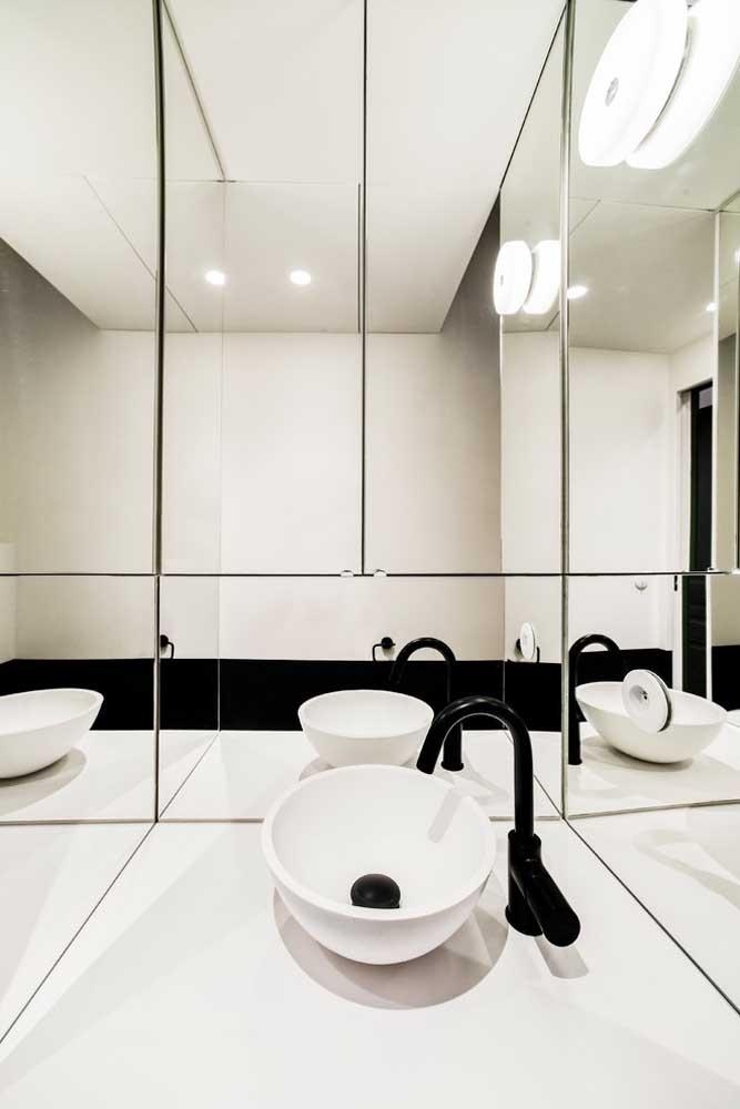 Espelhos recortadas na parede e bancada da pia; design perfeito para o banheiro minimalista