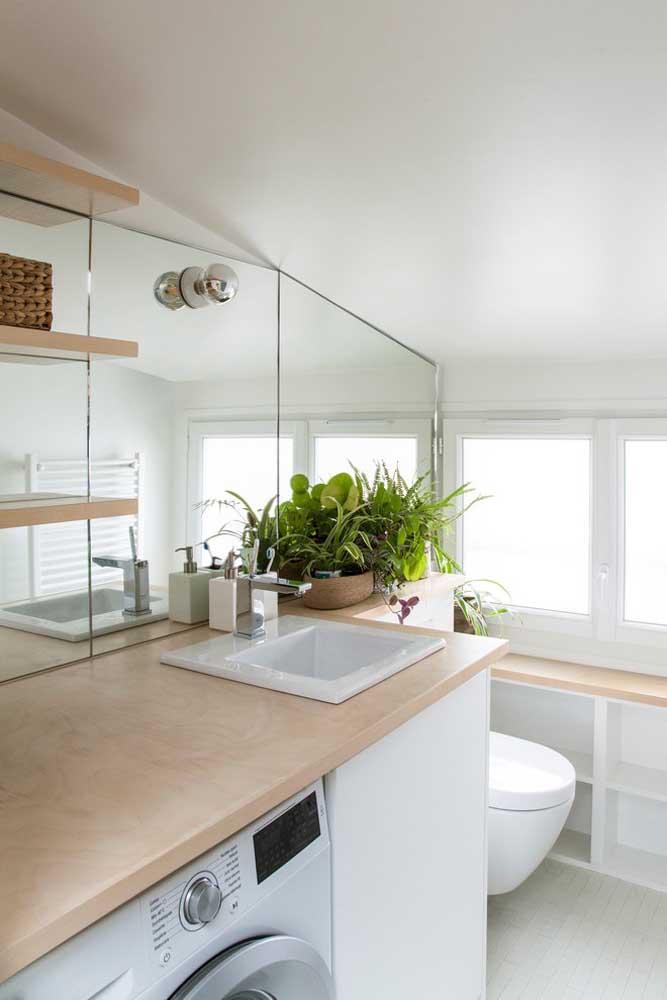Mais uma opção de espelhos recortados para o banheiro: uma boa ideia para quando se precisa utilizar o máximo de espaço possível no ambiente