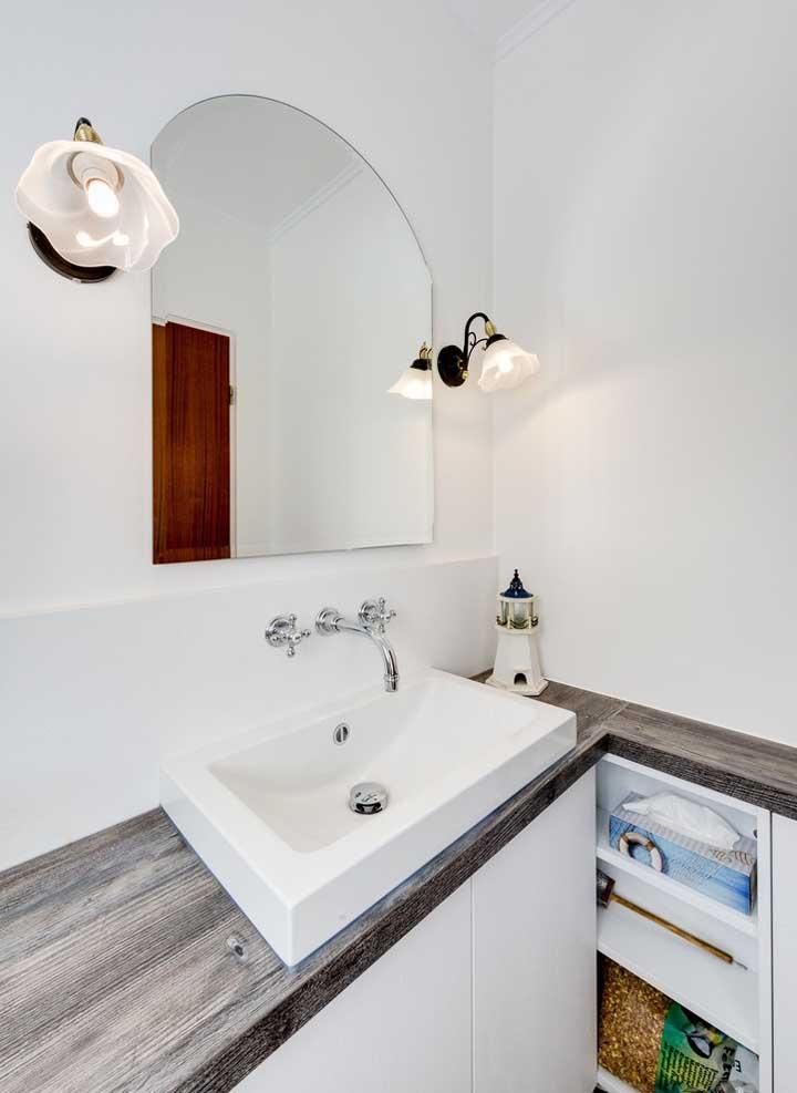 Existem diversos formatos de espelhos para o banheiro, inclusive algumas que você mesmo pode criar, como essa da imagem