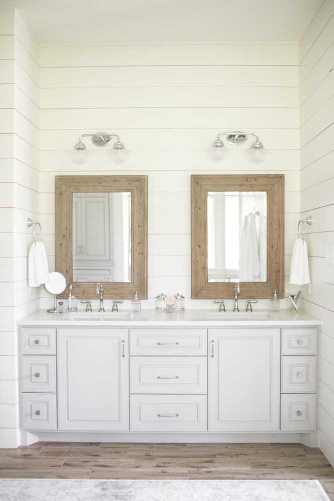 Espelhos para o banheiro em formatos retangulares, com moldura em madeira e borda larga; ótima opção para banheiros de estilo clássico