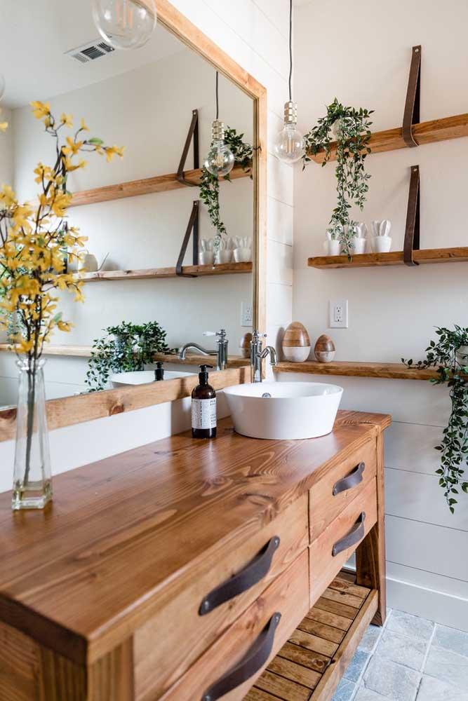 Para combinar com o gabinete em madeira foi escolhida uma moldura também em madeira