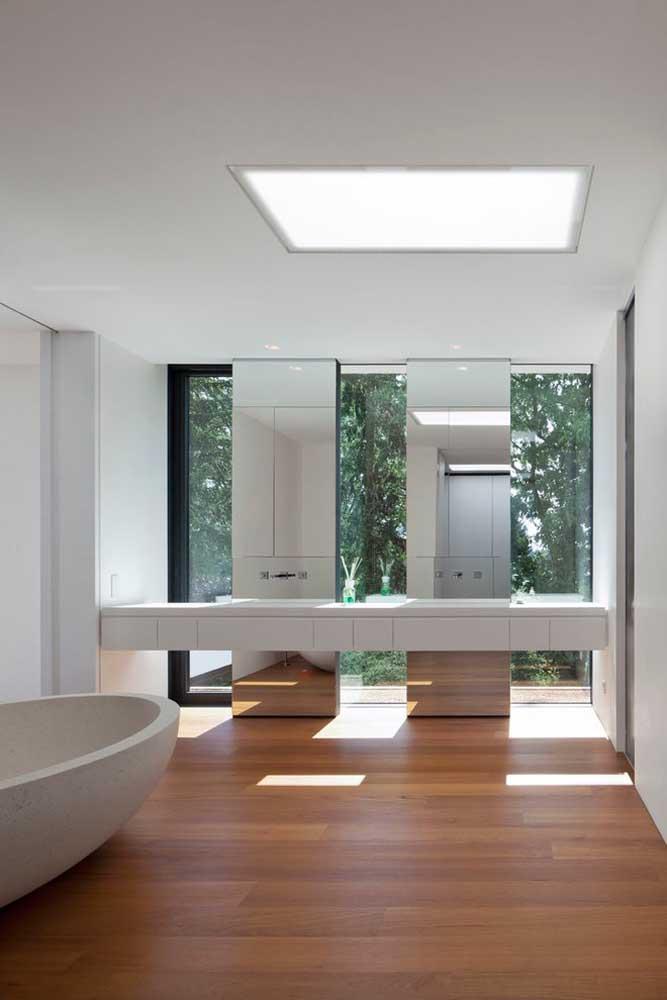 Os espelhos aproveitaram o espaço das colunas para se integrarem ao banheiro; repare que efeito visual interessante