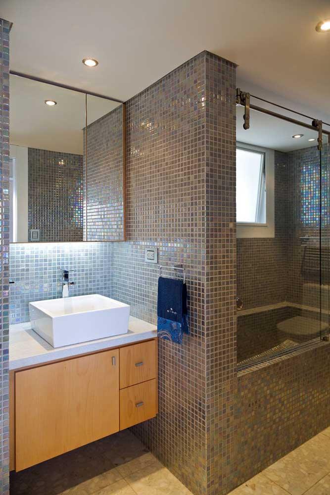 Espelheira com iluminação interna e abaixo da peça; ideal para banheiros mais escuros