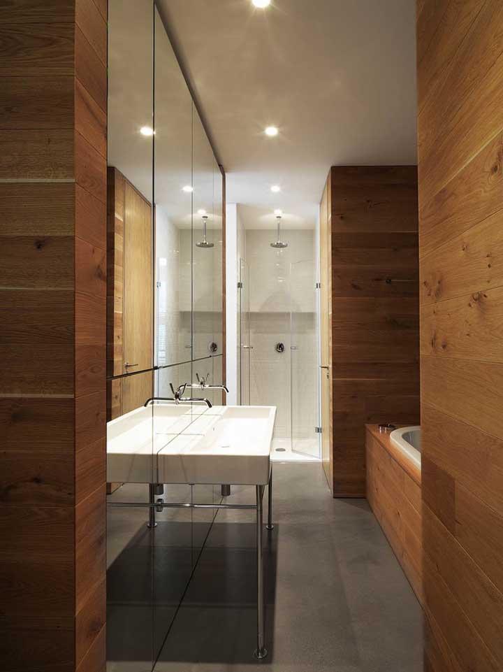 O espelho para o banheiro pode tomar a parede por inteiro ou apenas uma parte dela, principalmente os modelos com borda infinita