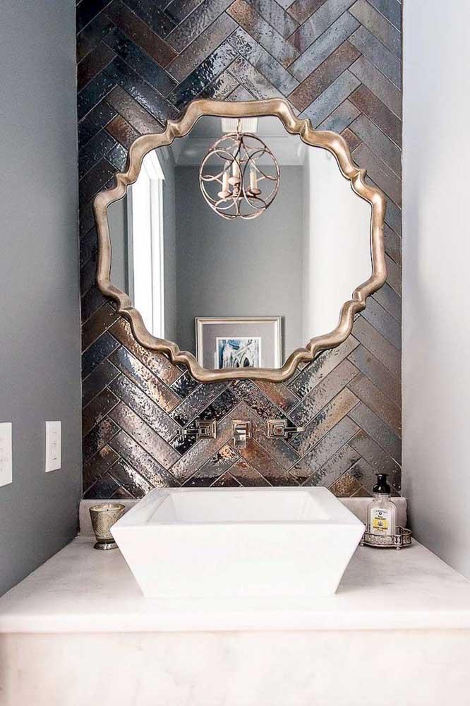 Uma moldura super clássica para o espelho do banheiro