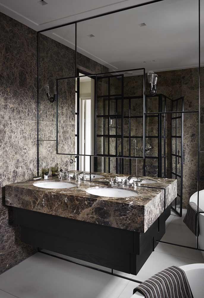 Espelho decorado com ornamentos em ferro para combinar com o design do banheiro