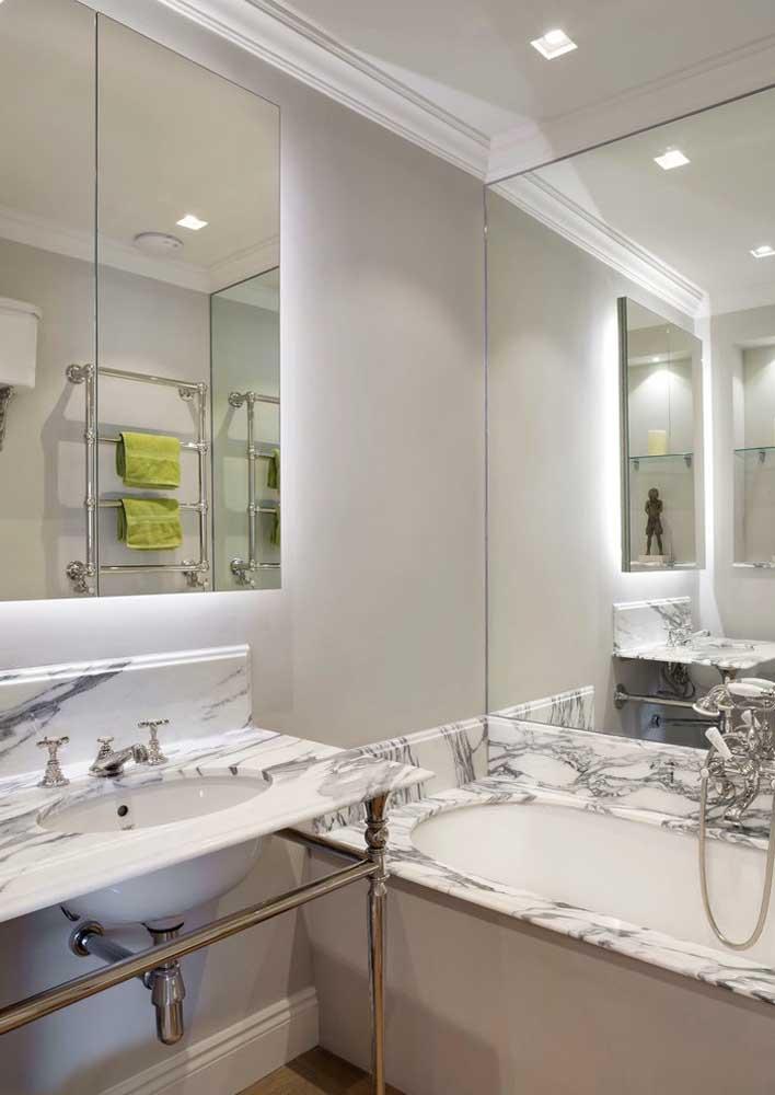 A iluminação escolhida para o espelho do banheiro pode, além de iluminar, potencializar a decoração do espaço
