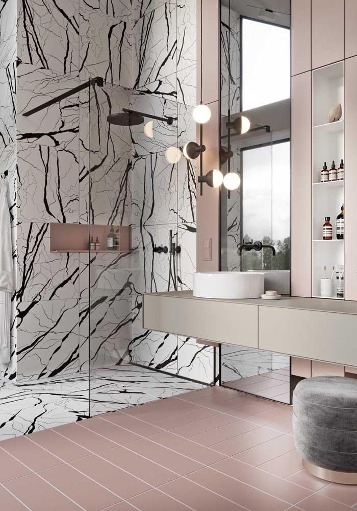 Espelho inteiriço na parede do banheiro de pé direito duplo