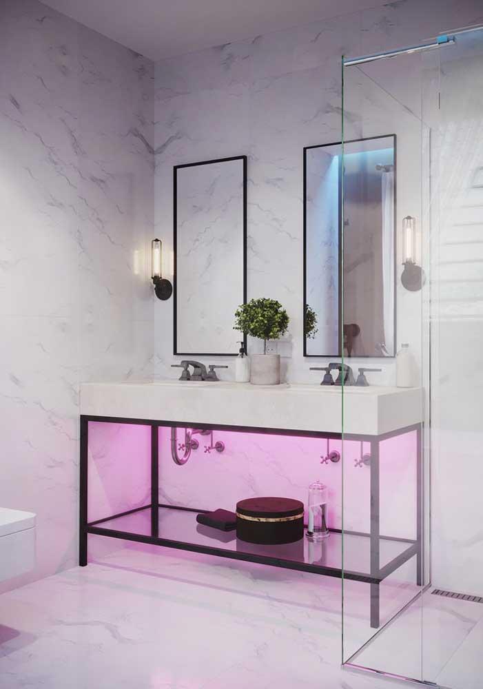 A pia dupla contou com dois espelhos retangulares com bordas em ferro combinando com o estilo do gabinete
