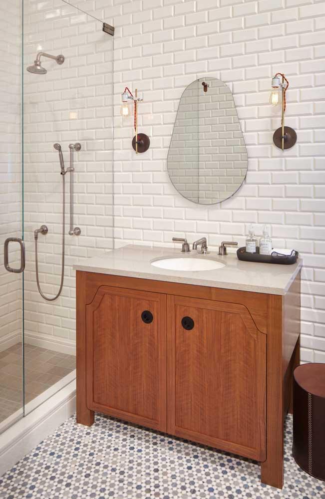 Espelho para banheiro com borda infinita no formato pera: desenho descontraído e informal