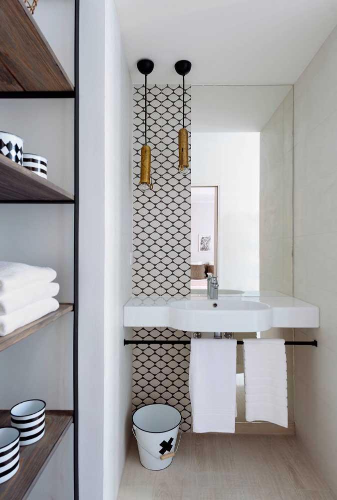 Espelho para banheiro com borda infinita em apenas uma faixa da parede, valorizando o pequeno espaço