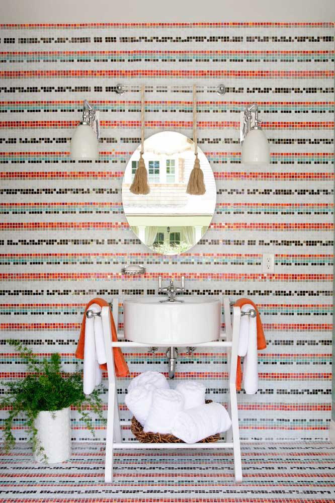 Esse banheiro cheio de cores e texturas apostou em um modelo simples e pequeno de espelho