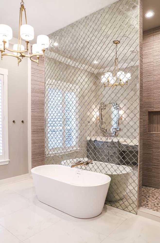 Aqui, a parede da banheira ganhou a companhia dos espelhos desenhados com pequenos ornamentos