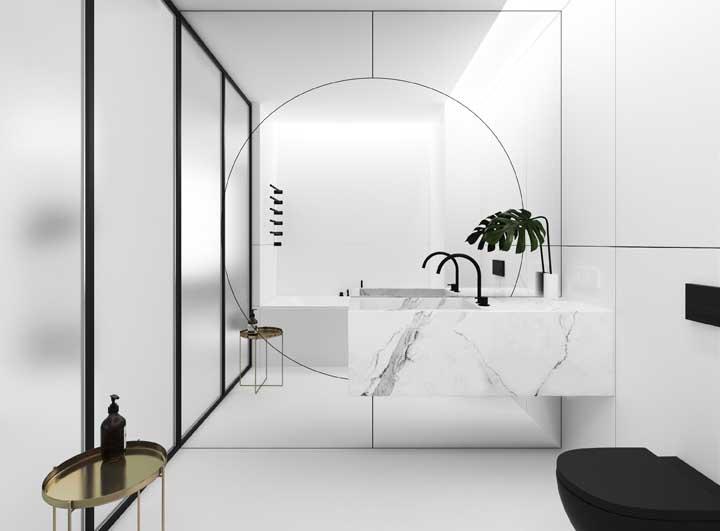 O banheiro minimalista apostou em um espelho para banheiro inteiriço com desenhos e recortes na superfície