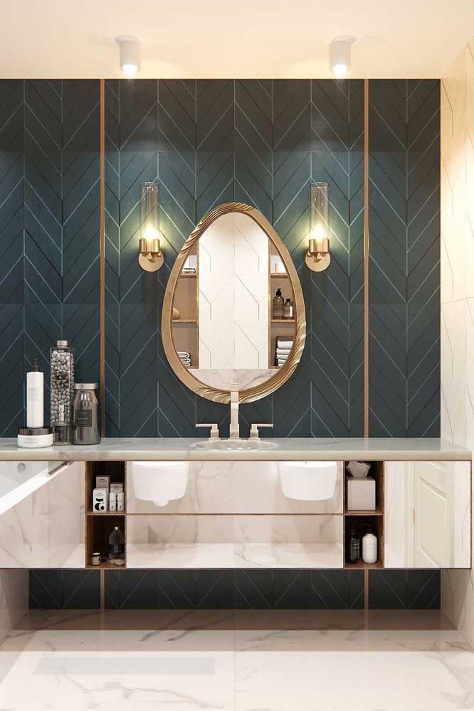 O espelho para banheiro oval ganhou uma moldura linda com leve tom em dourado e aspecto jateado