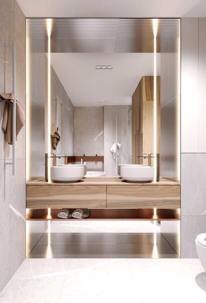 Espelho para banheiro com luz bisotado; repare nos desenhos discretos nas bordas