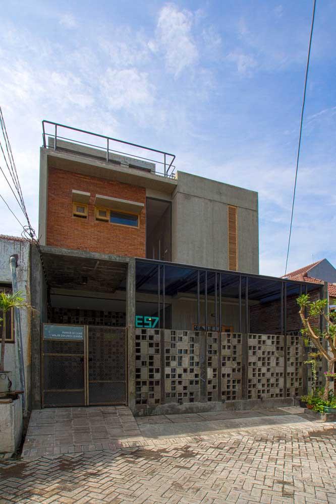 Fachada de casa simples com dois pavimentos e garagem; a combinação entre tijolinho a vista e concreto aparente trouxe modernidade para fachada