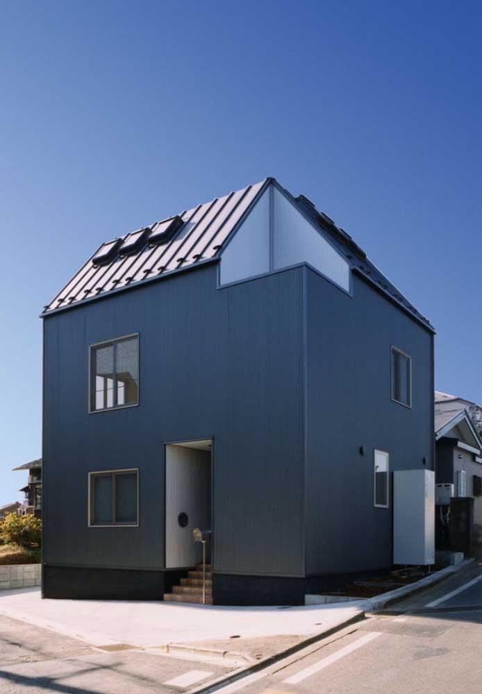 Casa pequena em formato quadrado valorizada pela cor usada na fachada: um tom sobre tom de azul