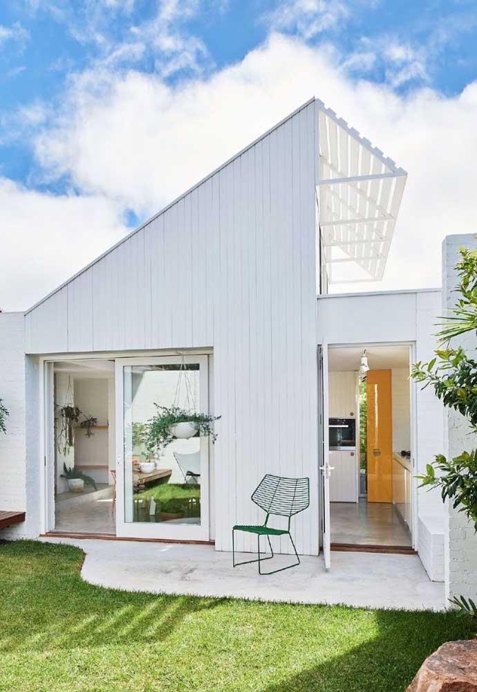A fachada toda branquinha segue o estilo clean que predomina no interior da residência