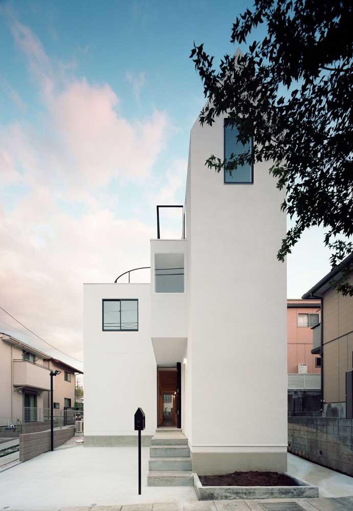 Essa fachada de casa simples demonstra que muitas vezes apenas uma boa pintura já é suficiente para valorizar a entrada da casa