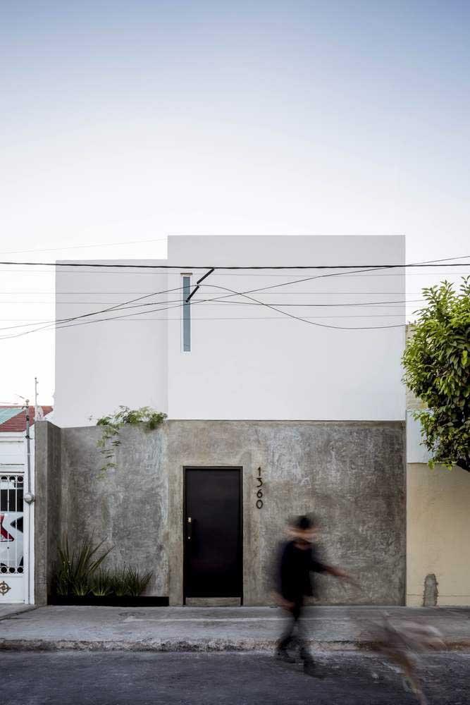 As plantas ajudam a destacar a beleza da fachada da casa, especialmente daquelas mais simples