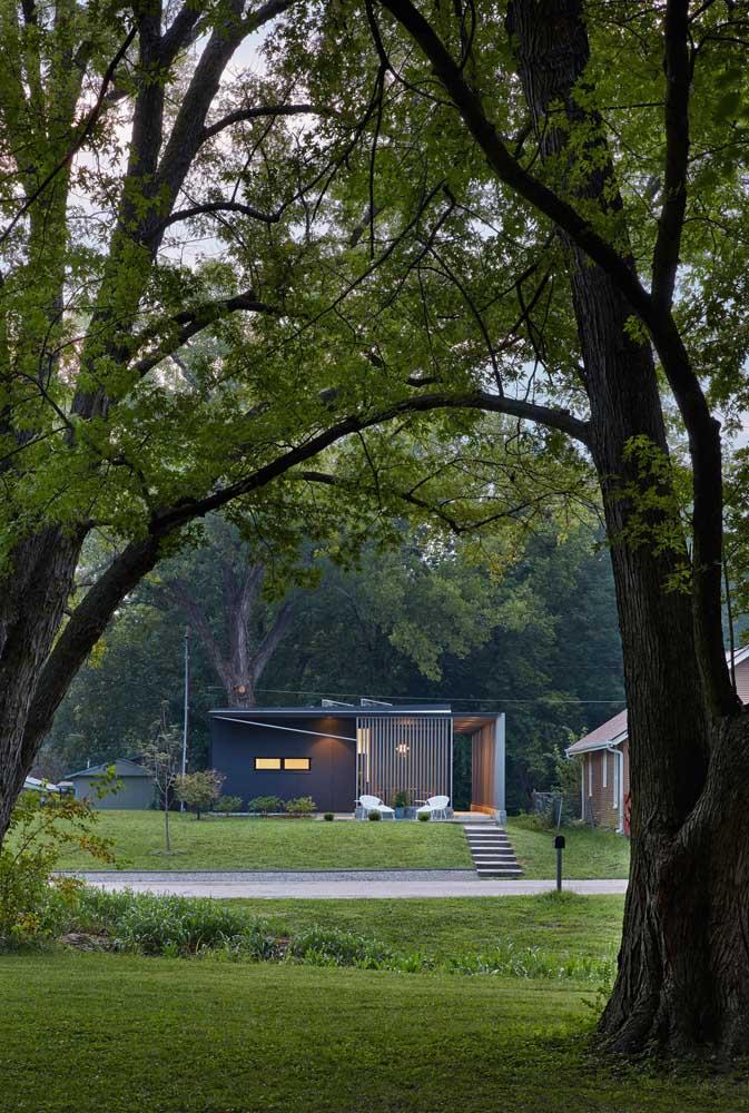 Casa pequena e moderna com varanda na frente; um convite para momentos de descanso