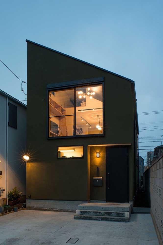 Mesmo pequena e simples, vale a pena apostar em uma iluminação especial só para a fachada