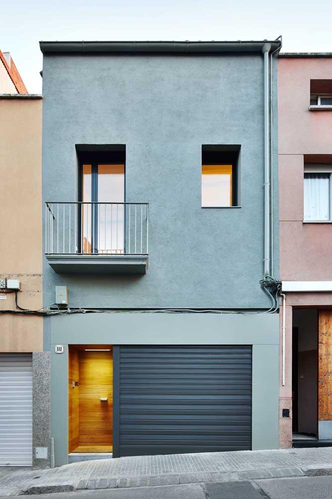Já para essa outra fachada simples, a cor escolhida foi o cinza