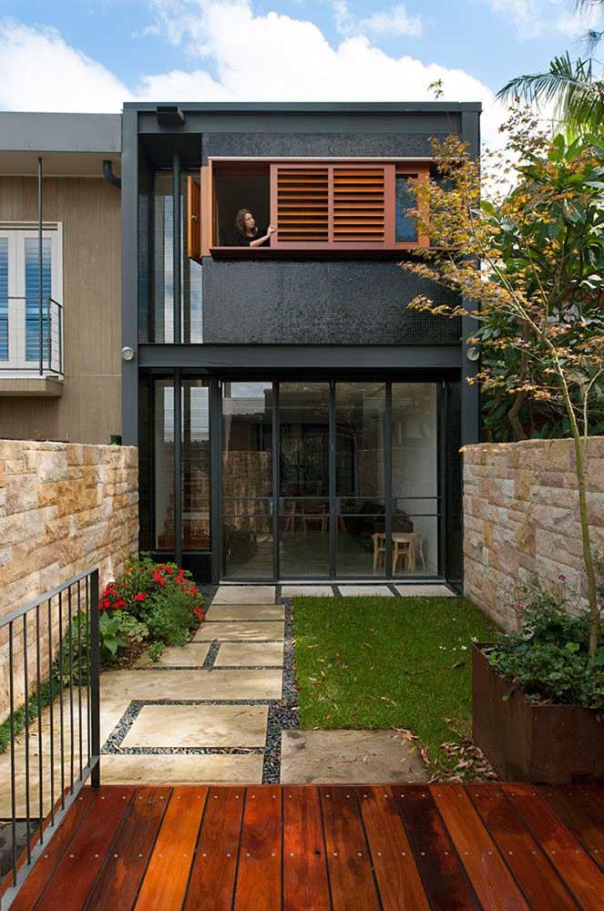 Rústica e moderna, essa pequena casa soube como combinar cores, materiais e texturas para a fachada