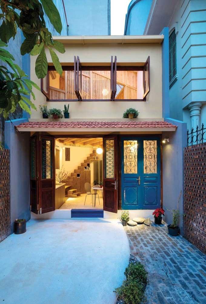 As portas de estilo colonial em cores diferenciadas são o grande destaque dessa fachada
