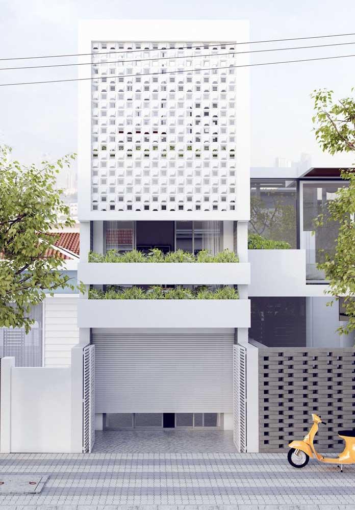Casa simples com fachada de cobogos e portão automático