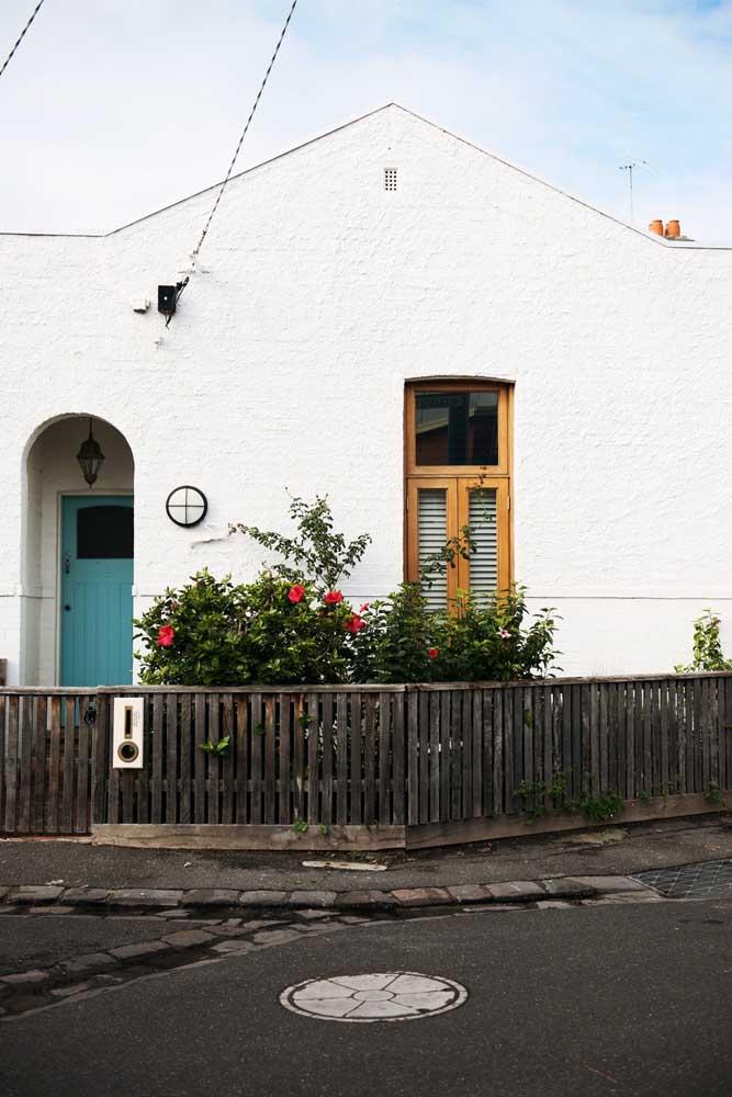 Nessa fachada o que se sobressai é o contraste entre arquitetura moderna e o estilo clássico e colonial das portas e janelas