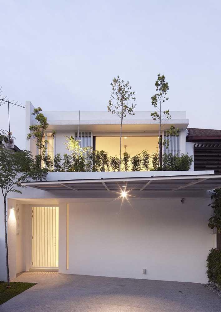 Fachada simples valorizada pelo telhado verde