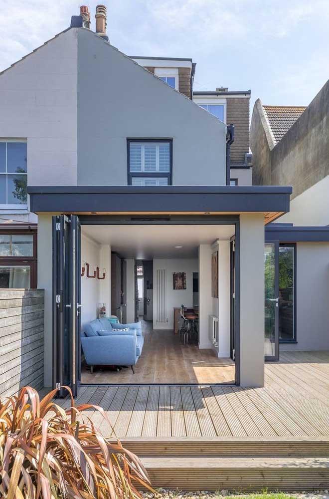 Área interna e externa se conectam pela fachada da casa