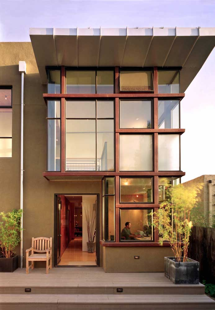 Fachada moderna com muito vidro para garantir luminosidade no interior da casa