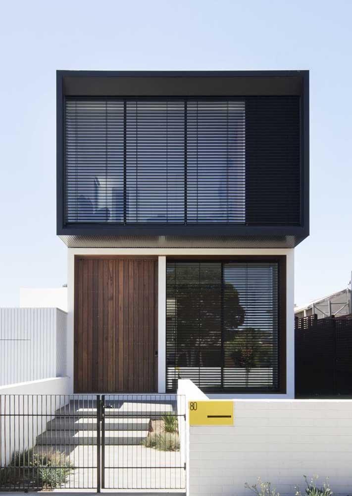 Aqui, o preto, o branco e a madeira se combinam para criar uma fachada moderna e cheia de estilo