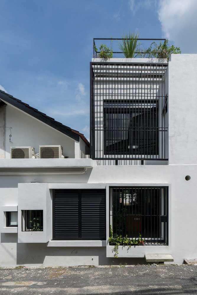 Uma necessidade em muitas casas hoje em dia é o uso de grades para proteção e segurança, portanto, não deixe de inseri-las no projeto estético da fachada