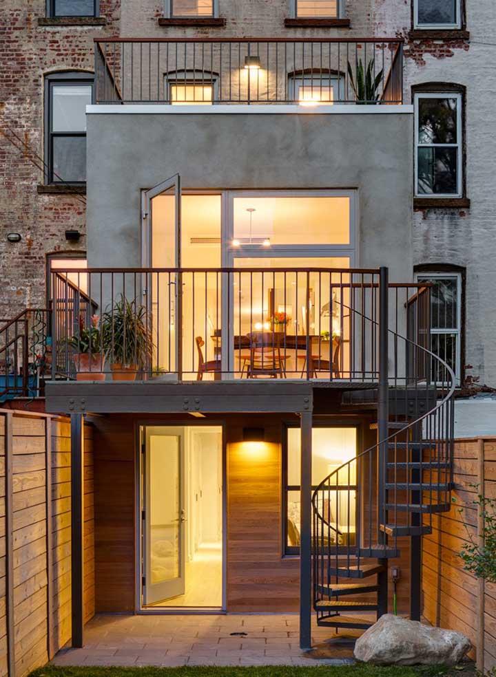 A escada em formato caracol é o grande destaque dessa fachada simples e moderna