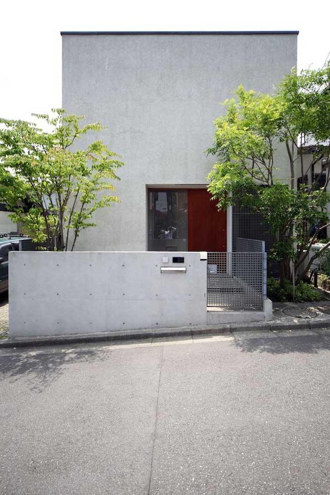 Fachada de casa pequena, simples e moderna com muro e portão baixos