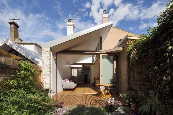 Uma casa simples, pequena e acolhedora valorizada pelo belo jardim